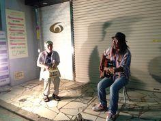 2013.09.21  六角橋商店街ビックリ闇市で遭遇したお2人組。左の方が打楽器代わりしてるのは投げ銭箱。とっても楽しそう。とってもいい。