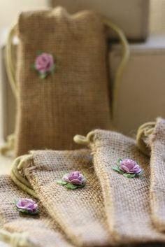 saquinho de juta com flor de feltro