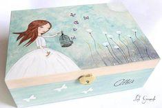 Joyero de madera muñeca con jaula y mariposas, pintado a mano. Regalo para su comunión. Compuesto por tres piezas, tamaño 22×15 cm, 8,4 cm de altura. Tapa decorada con muñeca con jaula y marip…