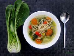 Zöldségleves Pak Choi-jal (gluténmentes, laktózmentes, tojásmentes, vegán) / Recept / Pak choi, sárgarépa, noodles, petrezselyem, paprika, fűszerek, lila hagyma, fokhagyma, kukorica, szójaszósz, tavaszi hagyma, fehérrépa