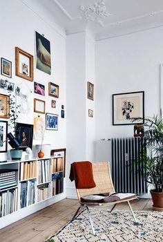 vintage home room living niedriges weißes Bücherregal, schlichtes skandinavisches Wohnzimmer mit Bilderwand