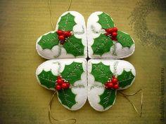 Комплект (6шт) елочных украшений `Holly`. Набор елочных украшений в виде сердец с объемной аппликацией остролиста и вышивкой. Остролист или падуб является таким же символом Рождества и Нового года, как и более традиционная ель. Сердца довольно крупные, не…