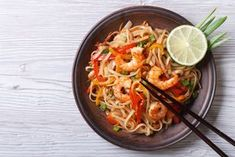 There are very few things in this world that could seem increasingly mundane than one packet of noodles. It is often tagged as dinner of ultimate resort. Though packets of noodles are bought in bulk… Fast Healthy Meals, Healthy Eating, Healthy Recipes, Shrimp And Vegetables, Veggies, Oriental Noodles, 10 Minute Meals, Gastronomia, Spaghetti