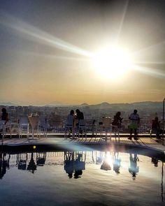 Da wäre ich jetzt noch gerne... Der Sonnenuntergang über den Dächern von Màlaga  Alle Fotos von dem Kurztrip gibt es jetzt auf Facebook http://ift.tt/2rj8B2A {Link im Bio}