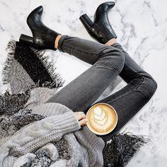 look pull maille gris et jeans gris, bottine noire