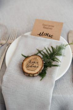 Add to favoritesCalligraphy on woodslice place setting | Summer wedding | fabmood.com #weddingreception #summerwedding