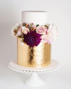 Beautiful white and gold cake topped with fresh pink and burgundy blooms via… - Hochzeitstorte Paper Cake, Cake Art, Gorgeous Cakes, Pretty Cakes, 2016 Wedding Trends, Metallic Cake, Metallic Gold, Gold Leaf, Bolo Cake
