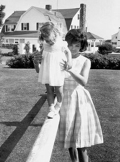 "Jacqueline ""Jackie"" Lee Bouvier Kennedy Onassis and her daughter Caroline Kennedy Jacqueline Kennedy Onassis, Les Kennedy, Jaqueline Kennedy, John Kennedy, The Kennedy Family, Grace Kelly, Charles Perrault, Penelope Cruz, Classic Beauty"