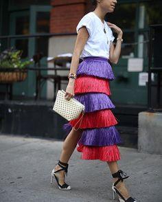 @leandramedine, saia franjas roxa e vermelha, t-shirt branca, clutch branca, scarpin preto e branco
