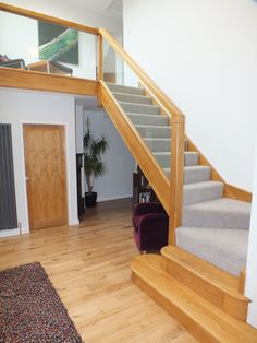 The objective of this project is to creative a minimal staircase that fits un with the aesthetic of the house, therefore with chose a more relaxed style. The handrail and. Oak Stairs, Glass Stairs, Stair Railing Design, Railings, House Staircase, Staircases, Grey Wood Floors, Painting Walls, Carpet Stairs