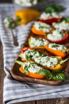 Snack-Paprika mit Basilikum-Fetacreme Stuffed Snack Peppers with basil feta cream
