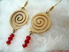 Χειροποίητα σκουλαρίκια με χρυσή μεταλλική σπείρα και κόκκινες χάντρες  Κοσμήματα b423dcc71fa