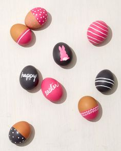 Chalkboard Easter Eggs-A few coats of paint is all it takes to turn ordinary eggs into mini chalkboards. Easter Crafts, Holiday Crafts, Holiday Fun, Easter Ideas, Easter Egg Dye, Easter Party, Mini Chalkboards, Martha Stewart Crafts, Diy Ostern