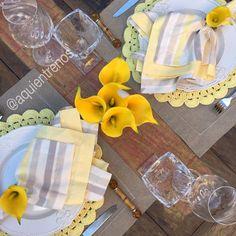 Cinza e amarelo: uma mistura perfeita. Por aqui somos suspeitas, porque amamos cinza! Mesa Raquel. Contato:entrenos.aqui@gmail.com WhatsApp (24)988291514