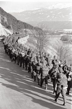 """12. März 1938  Der Einmarsch beginnt    Um 5.30 Uhr überschreiten die deutschen Truppen bei Passau und Schärding die Grenze. Militärischen Widerstand gibt es nicht, das Bundesheer zieht sich wie befohlen zurück. Noch am 12. März erreichen die Panzerspitzen St. Pölten. Hitler verkündet indessen in Linz den """"Anschluss"""": """"Es erscheint jetzt ein wichtiges Gesetz. Artikel 1 lautet: Österreich ist ein Land des Deutschen Reiches! Das ist eine große Stunde. Ich bin so glücklich."""""""