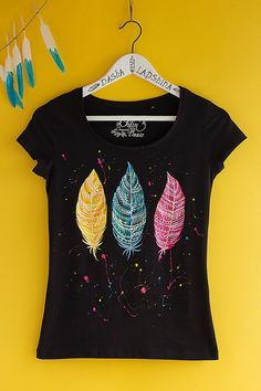 Hand painted Feather T-shirt, White and Colorful, Boho, Bohemian t-shirt, Women: Magic Feathers. SIZE S is ready to ship. T Shirt Painting, Fabric Painting, Fabric Art, Shirt Designs, Paint Shirts, Feather Painting, Painted Clothes, Diy Shirt, Boho Outfits