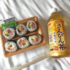 sushi, japanese food e asian food immagine su We Heart It Think Food, I Love Food, Good Food, Yummy Food, Onigirazu, Food Porn, Cafe Food, Aesthetic Food, Korean Food