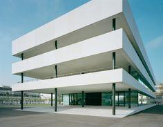 Otto Rudolf Salvisberg und später Roland Rohn haben die Architektur von Roche geprägt. In Grenzach bei Basel knüpfen Christ&Gantenbein an diese Tradition an, destillieren aus denselben Zutaten aber eine neue Note.