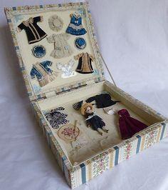 French antique little mignonette doll, biscuit in its case-trousseau Tiny Dolls, Old Dolls, Dollhouse Dolls, Miniature Dolls, Dollhouse Miniatures, Quilts Vintage, Antique Quilts, Crochet Amigurumi, Crochet Dolls