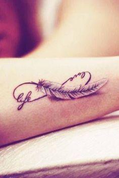 Doux, féminin, sensuel... Envie d'un joli tatouage plume pour chatouiller les curiosités ? Plume classique, plume de paon, plume d'aigle, plume d'oreiller...