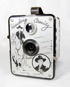 Cool vintage camera. I  WANT ONE!!
