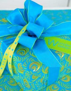 Carolyn roehm - great color combinations, turquoise and lime greens rapping paper with a vibrant bow Wrapping Ideas, Gift Wrapping Bows, Gift Wraping, Creative Gift Wrapping, Present Wrapping, Christmas Gift Wrapping, Creative Gifts, Unique Gifts, Christmas Gifts