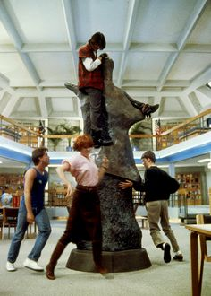 Judd Nelson (as John Bender), Anthony Michael Hall (as Brian Johnson), Molly Ringwald (as Claire Standish), Emilio Estevez (as Andrew Clark) in The Breakfast Club 80s Movies, Iconic Movies, Classic Movies, Good Movies, Movie Tv, 1980s Films, Ferris Bueller, Movies Showing, Movies And Tv Shows