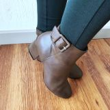 How to style boots Green Leggings, Brown Leather Boots, Olive Green, Winter Outfits, What To Wear, Stylish, Shoes, Fashion, Brown Leather Ankle Boots