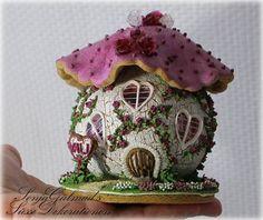 Gingerbread House: Small Mushroom Cottage with Mini Glass (Isomalt) Roses