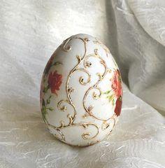 Love the antique look. Egg Crafts, Easter Crafts, Egg Shell Art, Carved Eggs, Ukrainian Easter Eggs, Egg Designs, Quilling Patterns, Egg Art, Egg Decorating
