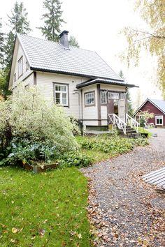 Hirsi-runkoinen talo on lauta-verhoiltu.