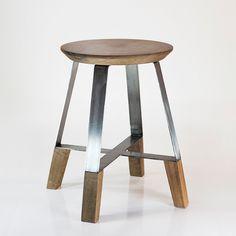 """Designer Brésilien, Dennys Tormen a imaginé le tabouret """"A4 Stool"""", une pièce à l'esthétique minimaliste et alliant bois et métal. D'inspiration industrielle, il se compose d'une assise de bois perchée sur une structure métallique en c..."""