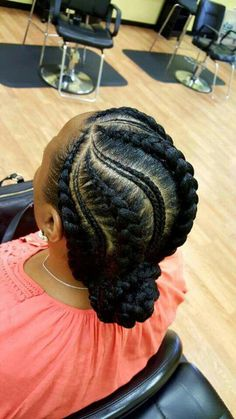 All styles of box braids to sublimate her hair afro On long box braids, everything is allowed! For fans of all kinds of buns, Afro braids in XXL bun bun work as well as the low glamorous bun Zoe Kravitz. Half Braided Hairstyles, Ghana Braids Hairstyles, Braided Updo, Hairstyles 2018, Cornrows Updo, Ponytail Hairstyles, Teenage Hairstyles, Twisted Updo, Ghana Braids Updo