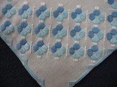 Vacker hardanger duk broderad med blå fr. farmors linneskåp på