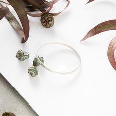 Esta pulsera tiene una forma ovalada para que sea más cómoda a la hora de poner. Está hecha con un hilo rectangular plano y contiene agujeros en todo su alrededor