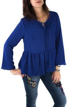 Blusa ligera de color azul Klein, media manga y ligero volante bajo el pecho. Ideal para un look de diario, desenfadado pero formal.