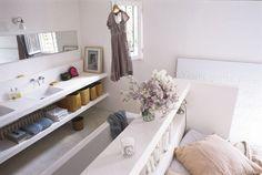 La baignoire se cache derrière la tête de lit... - La salle de bains ouverte sur la chambre : on aime ! - CôtéMaison.fr