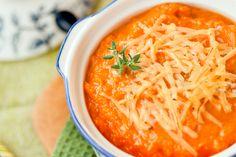 1. Pelamos los tomates y cortamos en julianas la cebolla cabezona, machacamos el ajo y picamos finamente el cilandro.2. En un sartén doramos los tomates el ajo y la cebolla, le ponemos sal, pimienta al gusto y la pizca de azúcar.3. Después llevamos nuestros ingredientes a la licuadora y le agregamos nuestro toque secreto, la Crema de Leche Alquería.4. Colocamos la sopa en una olla y dejamos hervir por 3 minutos.5. Servimos con el queso rallado, el cilantro y acompañamos con las arepitas…
