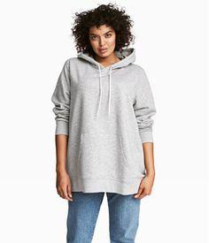 Lysegråmeleret. Hættetrøje i blød, meleret sweatshirtkvalitet. Hættetrøjen har foret hætte med snøre, kængurulomme og ribkant nederst på ærmerne og forneden