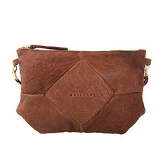 Bolso de piel de color salmón. El interior es de tela gris claro y contiene un bolsillo con cremallera.