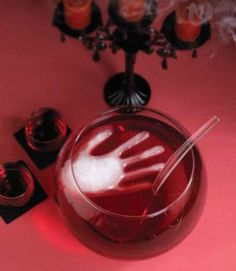 Freeze water in a surgical glove to make a creepy ice cube for the punch at Halloween party.such a cool and easy idea! If I ever have a Halloween party I'll have to do this! Soirée Halloween, Adornos Halloween, Manualidades Halloween, Halloween Food For Party, Halloween Birthday, Holidays Halloween, Halloween Treats, Halloween Desserts, Halloween Clothes