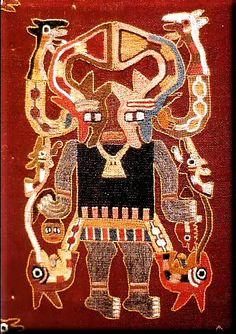 """Région de Paracas (Ica, Pérou). """"Manto"""" (détail) : créature anthropomorphe tenant un couteau de sacrifice et une tête-trophée. Culture Paracas, style Necropolis. Laine. Hauteur du motif : 0.210 m. Lima, Museo Nacional de Antropologia y Arqueologia."""
