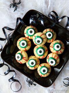 Halloweeniin soveltuvat silmäkeksit koristellaan meltseillä. Niitä löytyy myös Kinuskikissan Toivepuodista.