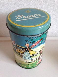Brinta beschuitblik (gemaakt tussen 1957-1960) met een uitstapje van een gezin erop afgebeeld.
