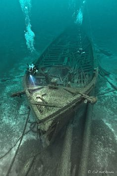 Shipwreck of the Rouse Simmons aka Christmas Tree Ship in Lake Michigan. She sank on or around Saturday, November during a winter storm. Underwater Shipwreck, Underwater Ruins, Abandoned Ships, Abandoned Places, Lago Michigan, Great Lakes Ships, Ghost Ship, Underwater Photography, Water Crafts