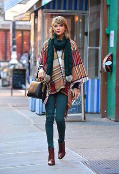 pantalón verde+botines marrones+capa de cuadros