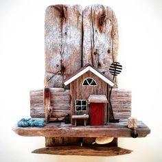 Under en period av tio år var vi ett gäng tjejer som varje år hyrde stuga nummer 15 på Hägerö i Stockholms skärgård! Sista året letade jag strandfynd under en promenad runt ön och gjorde denna tavla när jag kom hem. När jag gjorde dessa tavlor (jag gjorde många fler) använde jag bara materiel hittat på stranden.  #drivved #driftwood #drivvedstavla #drivvedskonst #driftwoodart #driftwoodhouse #madebyme #lim #glue #hantverk #diy #homemade #handmade #reuse #återbruk #återanvända #recycle…