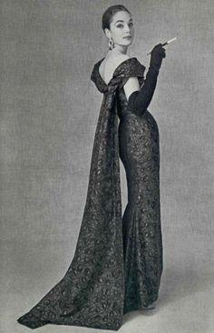 1956 Pierre Balmain evening dress, photo by Philippe Pottier Vintage Outfits, Vintage Gowns, Vintage Mode, Vintage Evening Gowns, Vintage Glamour, Vintage Beauty, Fashion Mode, 1950s Fashion, Vintage Fashion