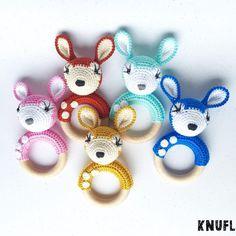 De gehaakte hertjes rammelaar in verschillede kleuren - door KNUFL Deer rattle in several colors - by KNUFL https://www.etsy.com/nl/listing/261406782/rammelaar-met-gehaakt-hert