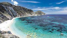 La playa de Sansón, en Portoferraio, con los increíbles colores del Mediterráneo que baña las costas de la isla de Elba.